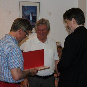 Bezirksvorsitzender Gernot Grumbach und Udo Landgrebe gartulieren Hans-Joachim Hisgen