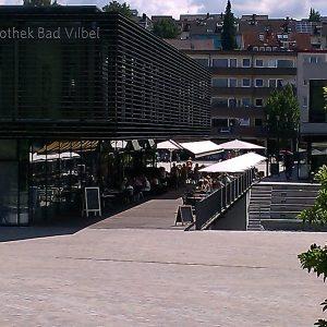 Fahrräder und Fußgänger auf der Bibliotheksbrücke