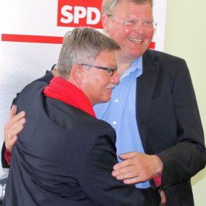 Jahreshauptversammlung SPD Bad Vilbel 2015 Rainer Fich gratuliert Udo landgrebe zur Wahl zum Ehrenvorsitzenden