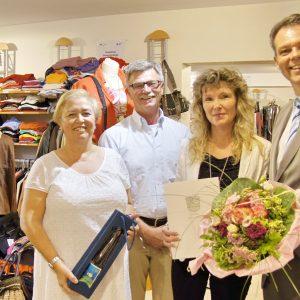 Bronzene Ehrennadel für Silke Zuschlag, Bürgermeister Stöhr, Stadtrat Landgrebe und die Stadtverordnete Yönter gratulieren.