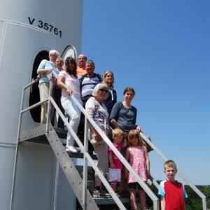 Die Besuchergruppe vor dem Eingang eines der beiden neueren Anlagen in Kloppenheim