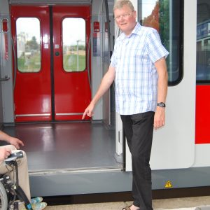 Hajo Prassel und Rainer Fich, die am neuen Bahnsteig  am Nordbahnhof dokumentieren, dass ein Einstieg für mobilitätseingeschränkte Personen unmöglich ist.