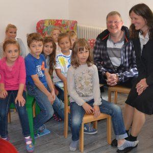 Kinder der ersten AWO-Ferienspiele im Heilsberger Königshaus mit Rainer Fich und der Leiterin Dörte Lang (rechts) und der Bediensteten im Bundesfreiwilligendienst Kassandra Bauer (hinten links).