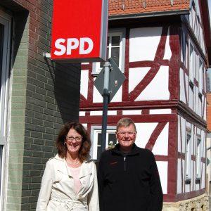Susanne Kassold und Rainer Fich vor der Geschäftsstelle der SPD Karben in der Bahnhofstraße 5 und zeigt die beiden SPD-Kandidaten nach der Zusammenkunft am Sonntag, 6.9.15