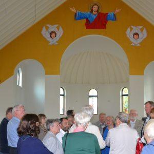 SPD-Besuchergruppe im inneren der Kirche (in Altarrichtung) beim Besuch von Kirche und Gemeindehaus der syrisch-orthodoxen Gemeinde