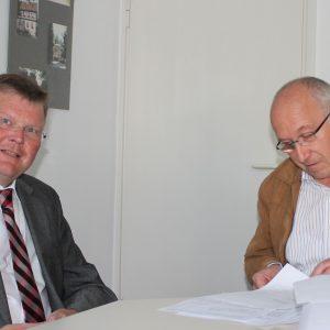 Rainer Fich mit Gemeindewahlleiter Walter Lassek bei der Abgabe der Kandidatenunterlagen für die Bürgermeisterwahl am 6. März 2016
