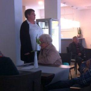 Frau Bienecker vom  AGO Seniorenzentrum stellt sich den Fragen der Besucher