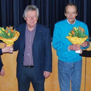 Katrin Rudert und Jana Schetter sagen mit Blumen Danke an Hans-Joachim Hisgen und Harald Bischof,