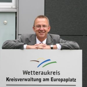 Landrat Joachim Arnold vor dem Sitz der Kreisverwaltung