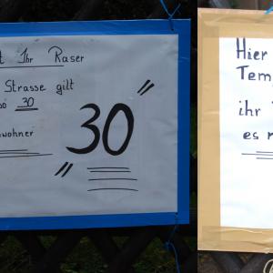 Anlieger machen mit mit selbstgemalten Schildern auf einen Missstand aufmerksam: Es reicht ihr Raser, hier gilt Tempo 30
