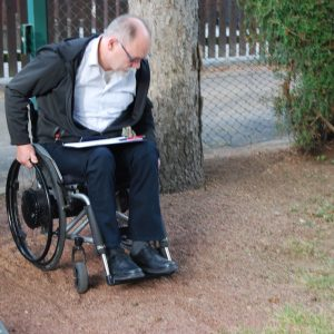 Tiefgründiger Kies als Hindernis für Rollstuhlfahrer