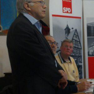 Hans-Georg Brum bei seinem Vortrag, Horst Seißinger und Rainer Fich hören gespannt zu