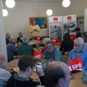 Schnappschuss der Versammlung im AWO Café während der Begrüßung der Mitglieder durch Rainer Fich