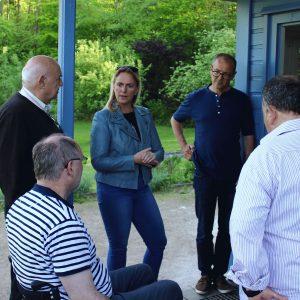 Sozialdezernentin Stephanie Becker-Bösch im Gespräch bei den Naturfreunden Bad Vilbel im Hexenloch