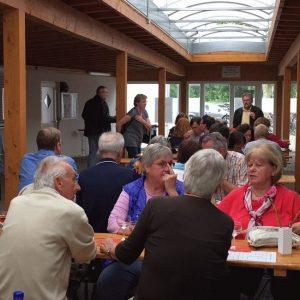 Feiern bei fast jedem Wetter am Dortelweiler Sportplatz. Die Besucher sitzen gut vor Wind und Regen geschützt.unter einem Vordach